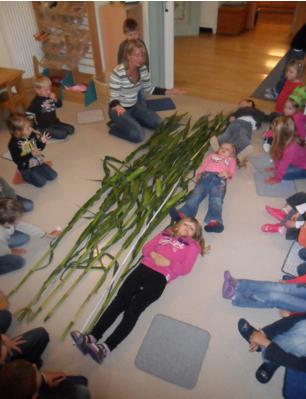 Kindergartenkinder mit Maispflanzen