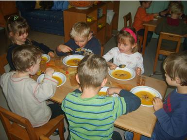Kinder an einem Tisch